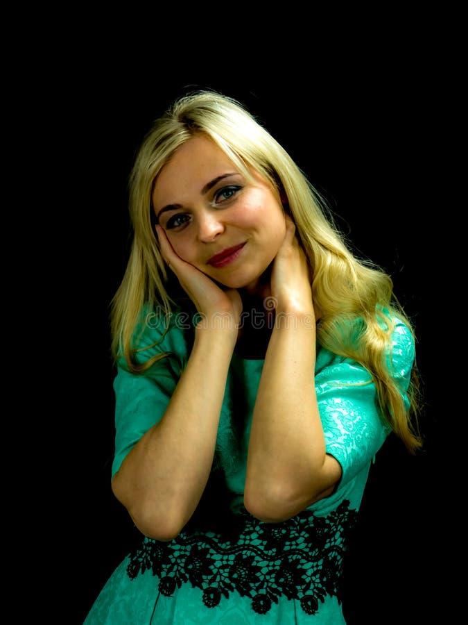 Πορτρέτο της όμορφης γυναίκας στο πράσινο φόρεμα στοκ εικόνα