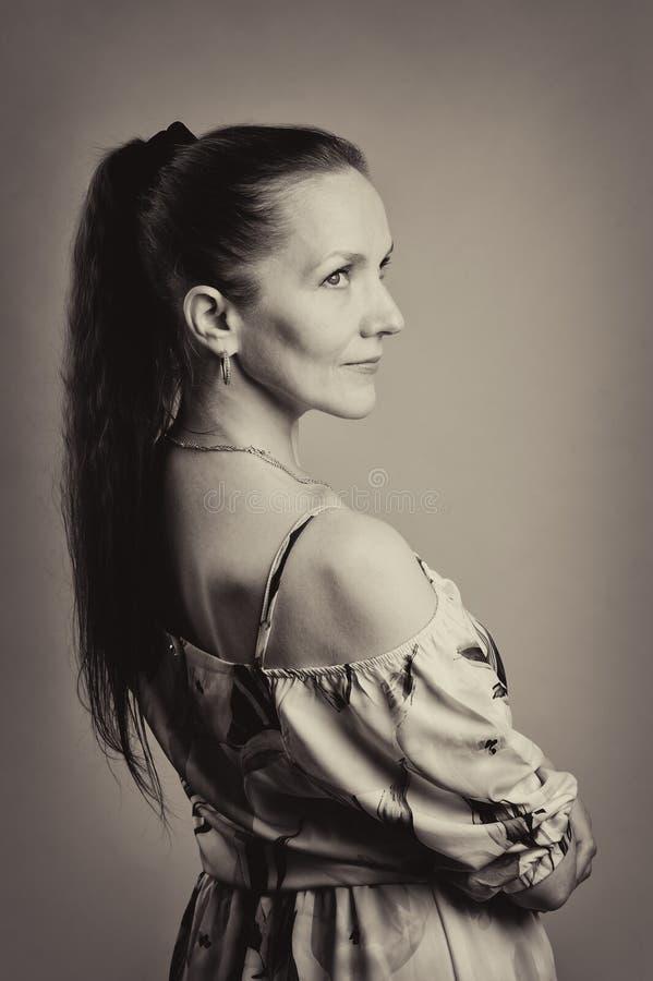 πορτρέτο της όμορφης γυναίκας στο ρόδινο φόρεμα στοκ φωτογραφίες