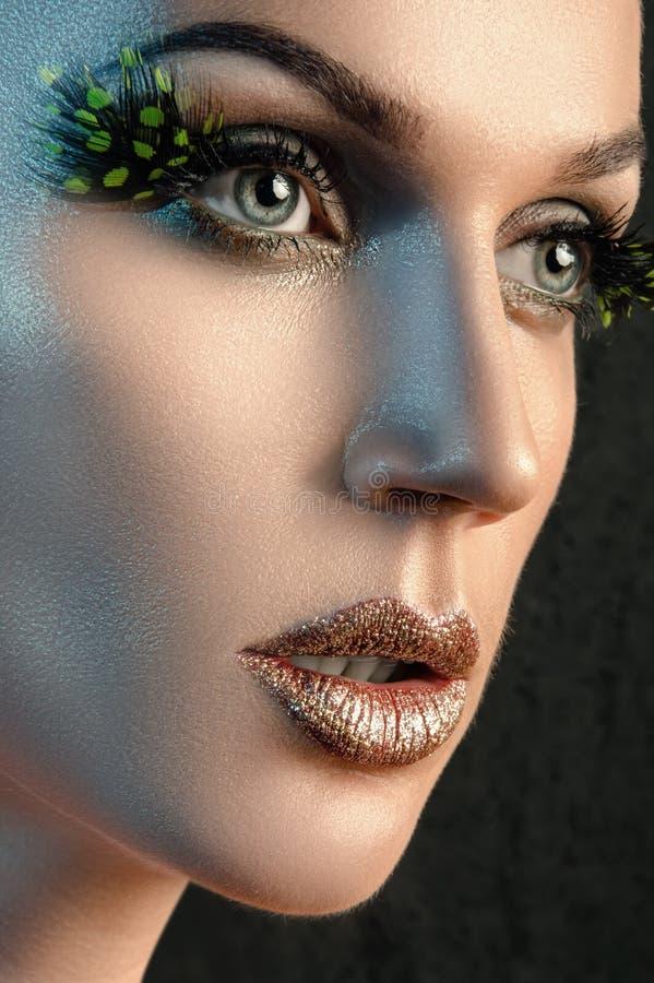 Πορτρέτο της όμορφης γυναίκας στο στούντιο με τα μεγάλα ψεύτικα eyelashes στοκ φωτογραφία με δικαίωμα ελεύθερης χρήσης