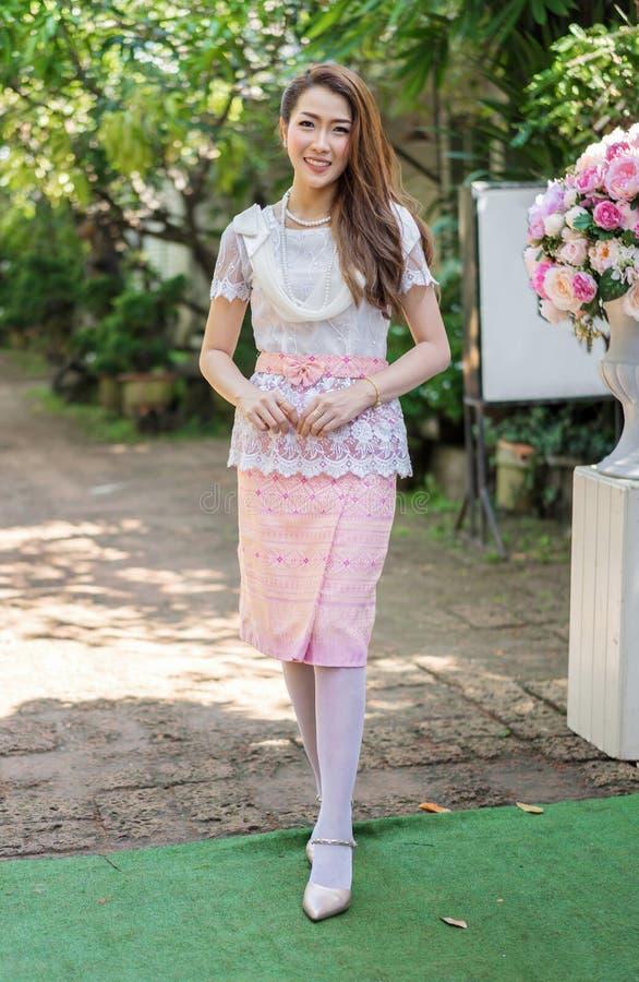 Πορτρέτο της όμορφης γυναίκας στο ταϊλανδικό παραδοσιακό φόρεμα στοκ εικόνες με δικαίωμα ελεύθερης χρήσης