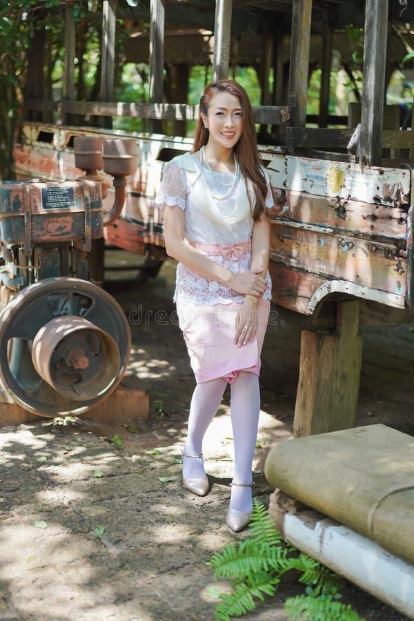 Πορτρέτο της όμορφης γυναίκας στο ταϊλανδικό παραδοσιακό φόρεμα στοκ φωτογραφίες