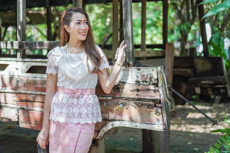 Πορτρέτο της όμορφης γυναίκας στο ταϊλανδικό παραδοσιακό φόρεμα στοκ εικόνες