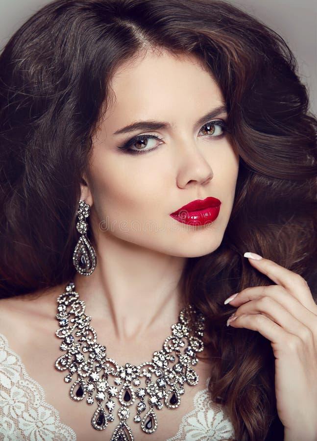 Πορτρέτο της όμορφης γυναίκας brunette με τα κόκκινα χείλια, μακρύς υγιής στοκ φωτογραφίες με δικαίωμα ελεύθερης χρήσης