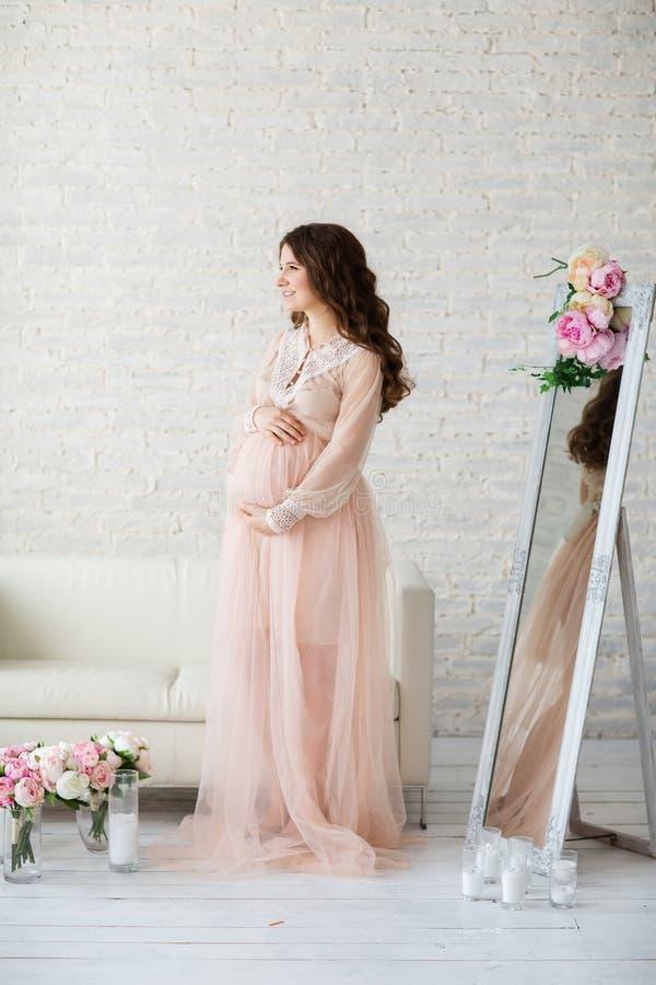Πορτρέτο της όμορφης εγκύου γυναίκας στο στούντιο στοκ φωτογραφία