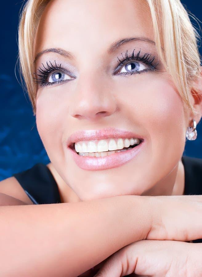 Πορτρέτο της όμορφης ενήλικης γυναίκας με τα μπλε μάτια στοκ εικόνες