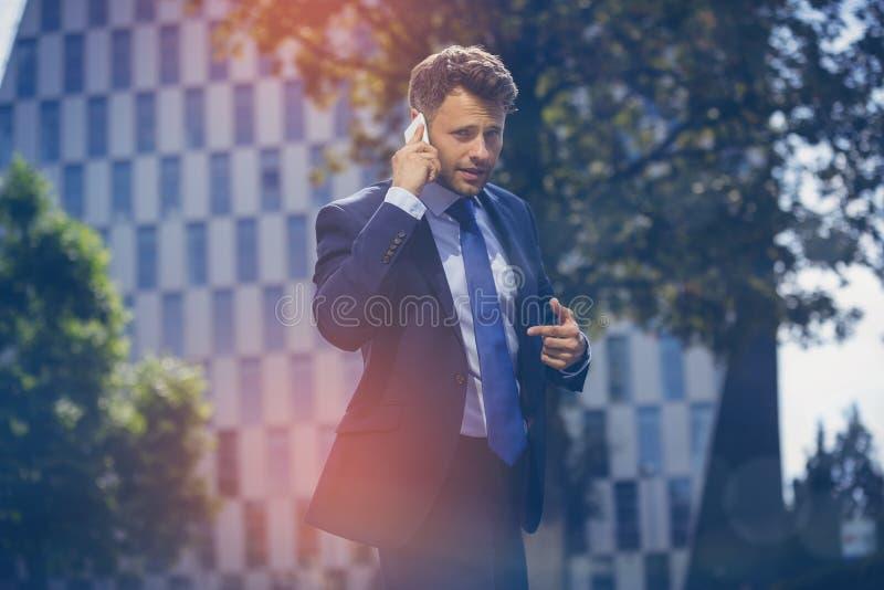 Πορτρέτο της όμορφης επικοινωνίας επιχειρηματιών στο κινητό τηλέφωνο στοκ φωτογραφίες