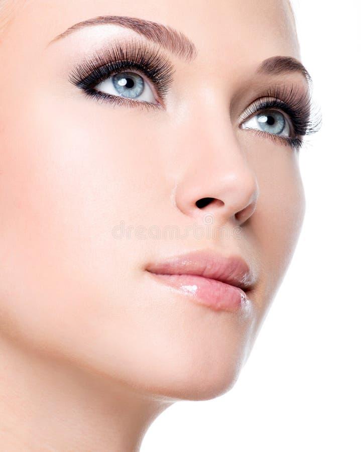 Πορτρέτο της όμορφης λευκής γυναίκας με τα μακροχρόνια ψεύτικα eyelashes στοκ εικόνες