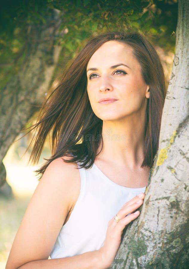 Πορτρέτο της όμορφης λευκής γυναίκας στοκ εικόνα