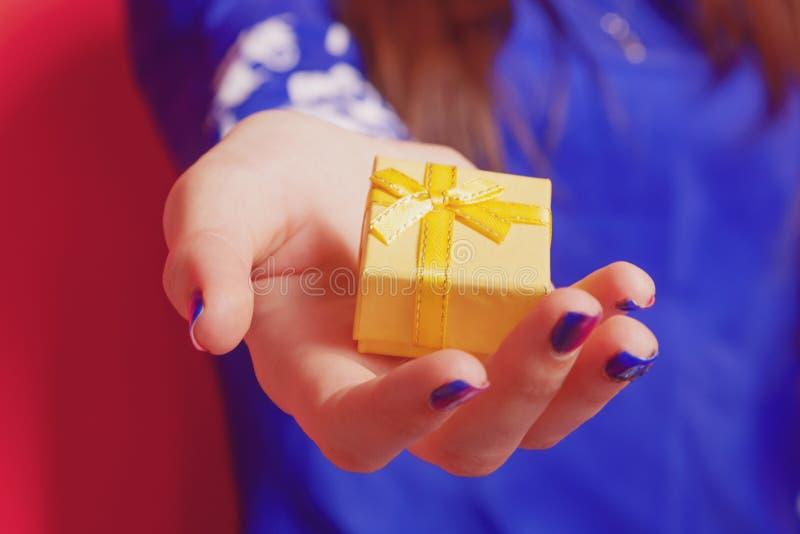 Πορτρέτο της όμορφης ευτυχούς γυναίκας με το κιβώτιο δώρων στοκ φωτογραφίες