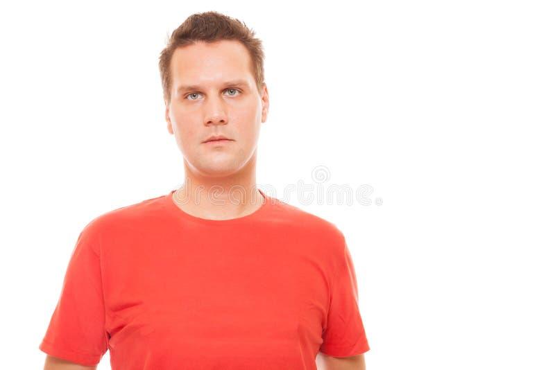 Πορτρέτο της όμορφης κόκκινης μπλούζας νεαρών άνδρων που απομονώνεται στοκ φωτογραφία με δικαίωμα ελεύθερης χρήσης
