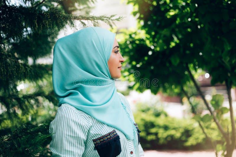 Πορτρέτο της όμορφης μουσουλμανικής γυναίκας στην οδό στοκ εικόνα