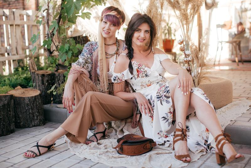 Πορτρέτο της όμορφης νέας γυναίκας δύο με το makeup στοκ εικόνες