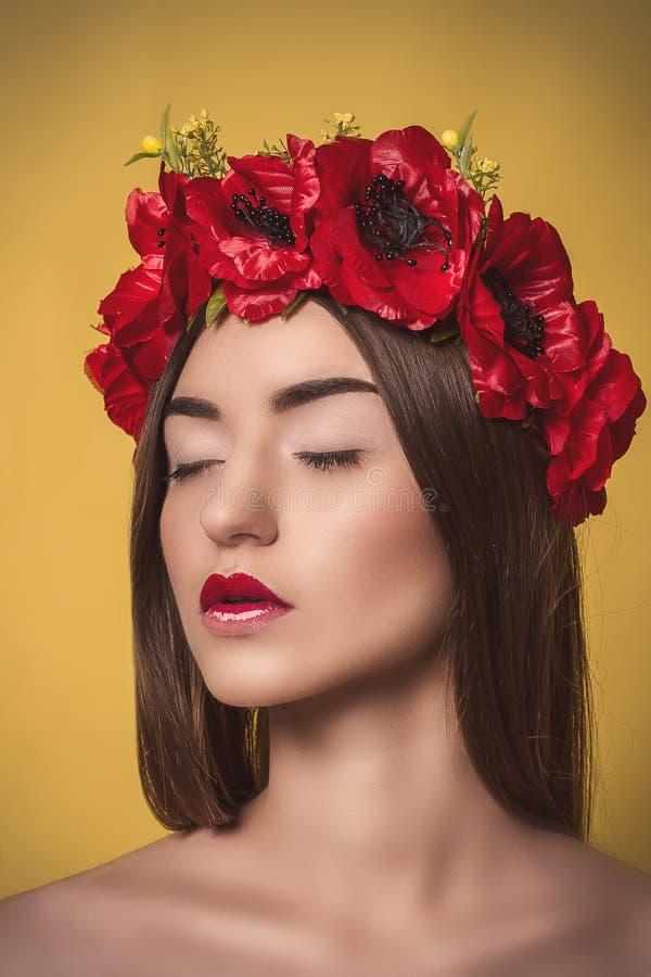 Πορτρέτο της όμορφης νέας γυναίκας με ένα στεφάνι επάνω στοκ φωτογραφίες με δικαίωμα ελεύθερης χρήσης
