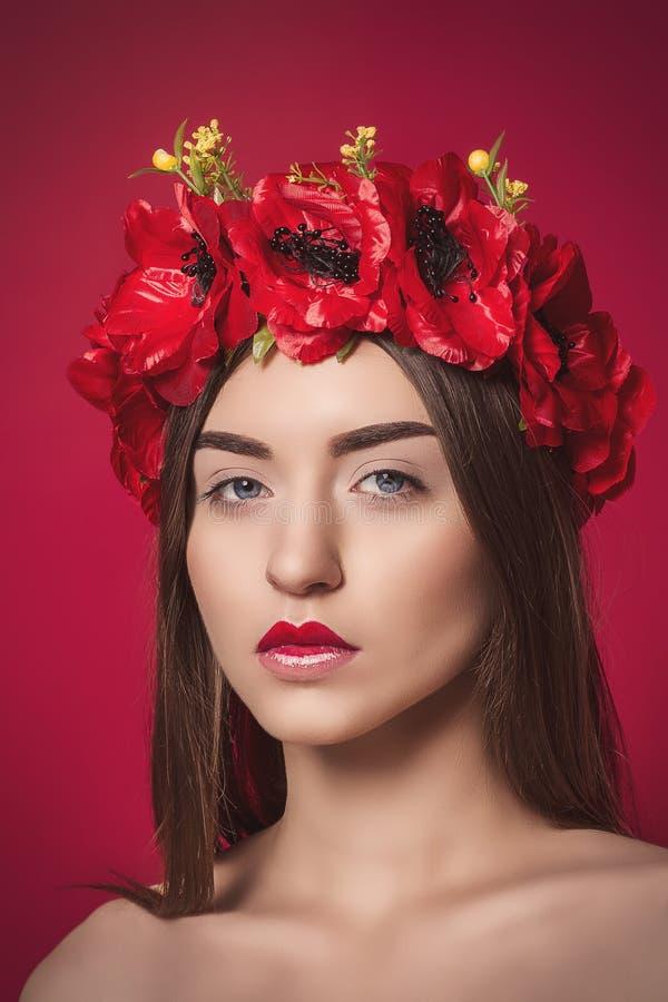 Πορτρέτο της όμορφης νέας γυναίκας με ένα στεφάνι επάνω στοκ εικόνες με δικαίωμα ελεύθερης χρήσης
