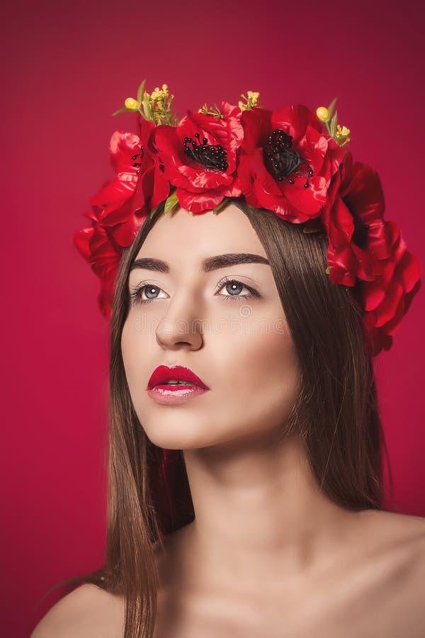 Πορτρέτο της όμορφης νέας γυναίκας με ένα στεφάνι επάνω στοκ εικόνα με δικαίωμα ελεύθερης χρήσης