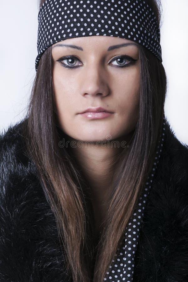 Πορτρέτο της όμορφης νέας γυναίκας με μακρυμάλλη στοκ φωτογραφίες