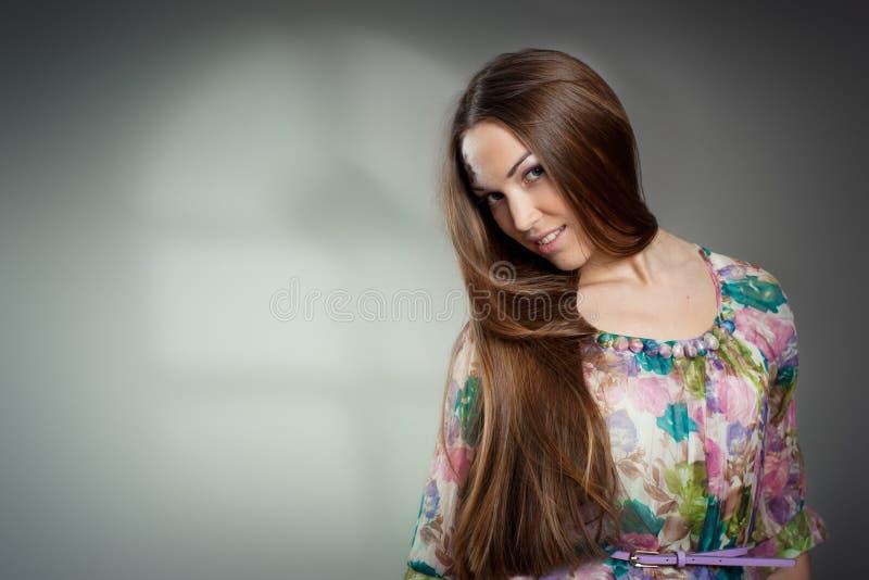 Πορτρέτο της όμορφης νέας γυναίκας με μακρυμάλλη στοκ φωτογραφία