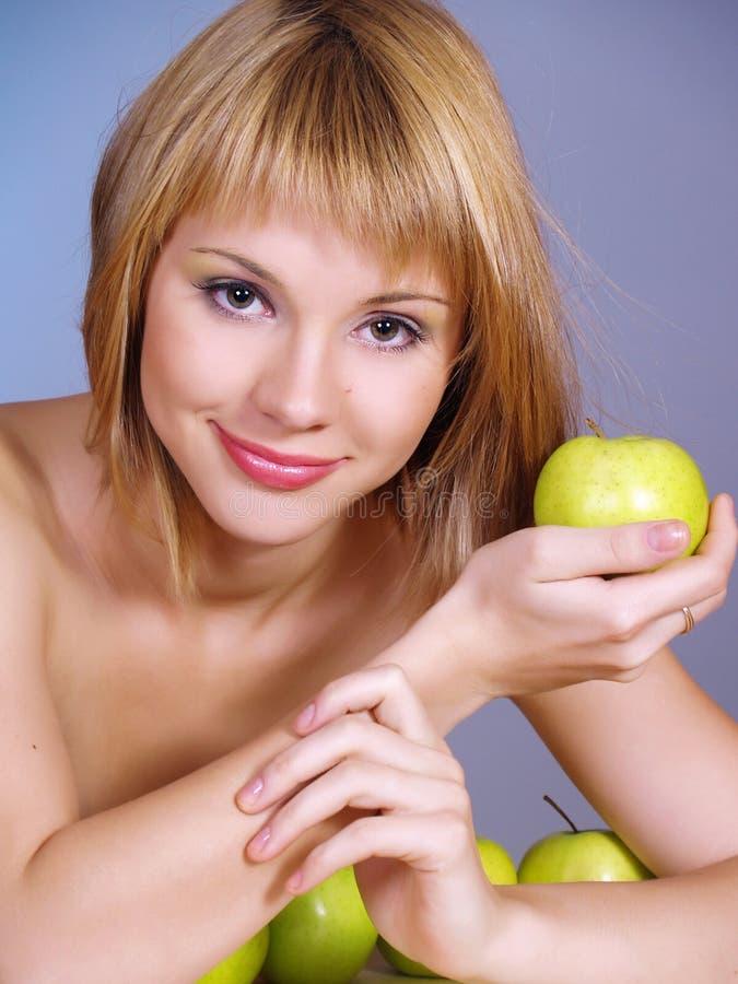 Πορτρέτο της όμορφης νέας γυναίκας με τα μήλα στοκ φωτογραφία με δικαίωμα ελεύθερης χρήσης