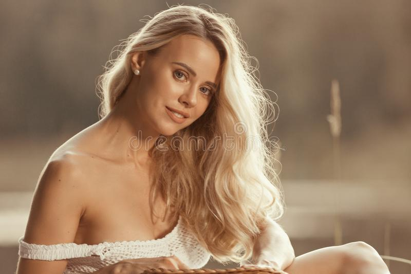 Πορτρέτο της όμορφης νέας γυναίκας με τα μακριά ξανθά μαλλιά στοκ φωτογραφία