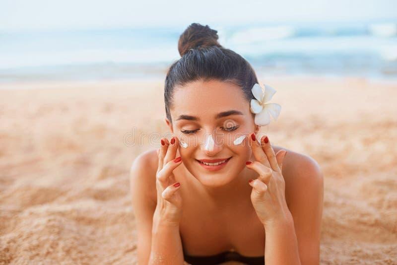 Πορτρέτο της όμορφης νέας γυναίκας με το καθαρό φρέσκο δέρμα σχετικά με το πρόσωπο Λοσιόν Suntan r Κρέμα ήλιων στοκ εικόνα με δικαίωμα ελεύθερης χρήσης