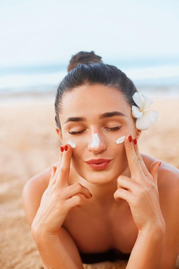 Πορτρέτο της όμορφης νέας γυναίκας με το καθαρό φρέσκο δέρμα σχετικά με το πρόσωπο Λοσιόν Suntan r Κρέμα ήλιων στοκ φωτογραφία με δικαίωμα ελεύθερης χρήσης