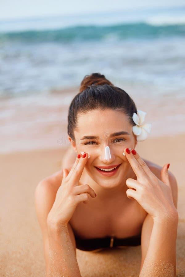 Πορτρέτο της όμορφης νέας γυναίκας με το καθαρό φρέσκο δέρμα σχετικά με το πρόσωπο Λοσιόν Suntan r Κρέμα ήλιων στοκ εικόνες με δικαίωμα ελεύθερης χρήσης