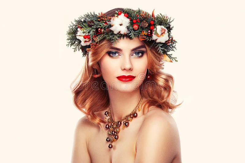 Πορτρέτο της όμορφης νέας γυναίκας με το στεφάνι Χριστουγέννων στοκ φωτογραφίες με δικαίωμα ελεύθερης χρήσης