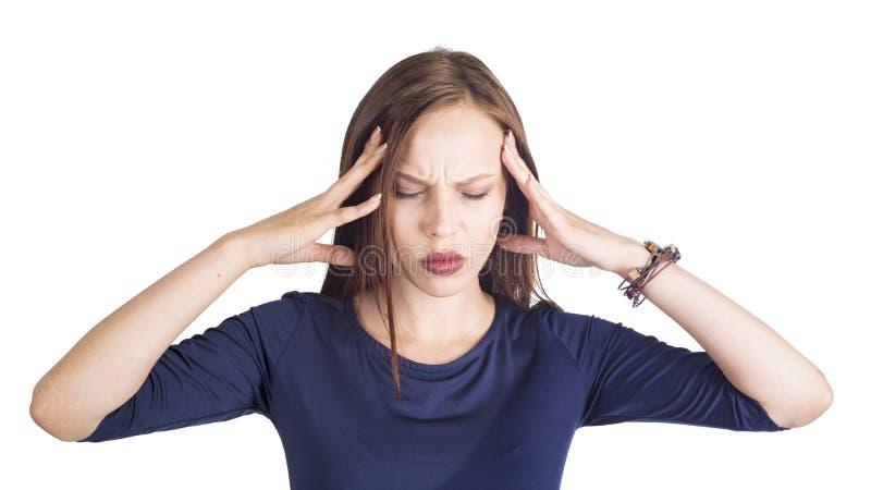 Πορτρέτο της όμορφης νέας γυναίκας που απομονώνεται στο άσπρο υπόβαθρο που πάσχει από τον αυστηρό πονοκέφαλο, πιέζοντας δάχτυλα στοκ φωτογραφίες