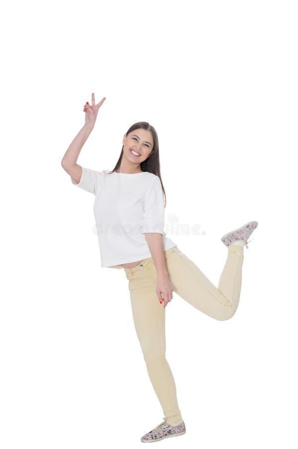 Πορτρέτο της όμορφης νέας γυναίκας που φορά τον περιστασιακό ιματισμό στοκ εικόνα