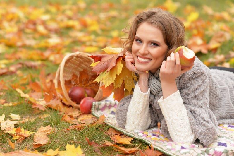 Πορτρέτο της όμορφης νέας γυναίκας στο πάρκο στοκ φωτογραφίες