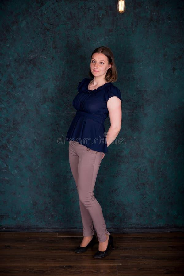 Πορτρέτο της όμορφης νέας γυναίκας στο στούντιο στοκ εικόνες