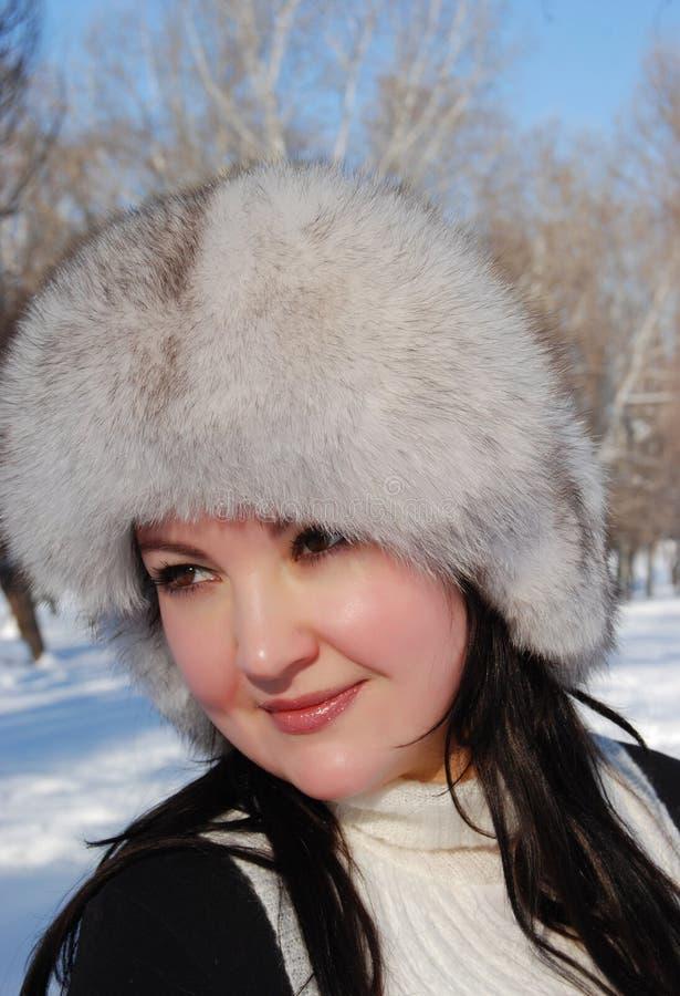 Πορτρέτο της όμορφης νέας γυναίκας στοκ εικόνα με δικαίωμα ελεύθερης χρήσης