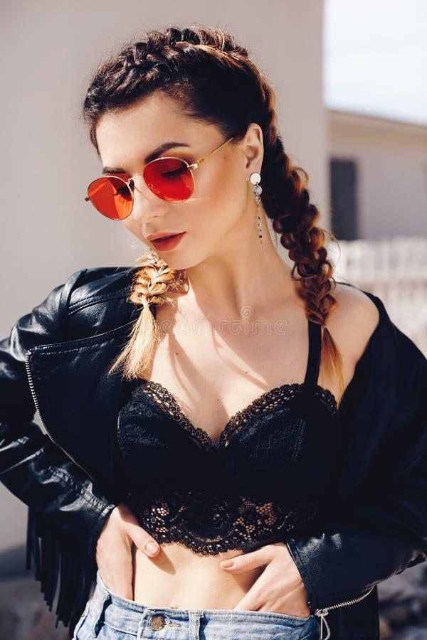 Πορτρέτο της όμορφης νέας γυναίκας brunette με το makeup στοκ φωτογραφία
