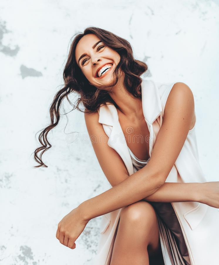 Πορτρέτο της όμορφης νέας γυναίκας brunette με το makeup στοκ φωτογραφίες με δικαίωμα ελεύθερης χρήσης