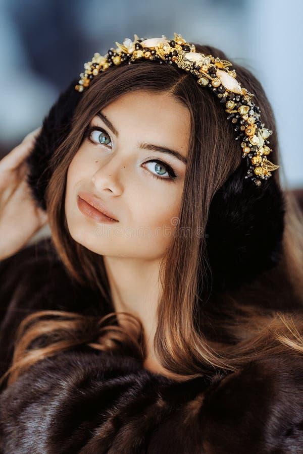 Πορτρέτο της όμορφης νέας γυναίκας brunette με το makeup στοκ εικόνες