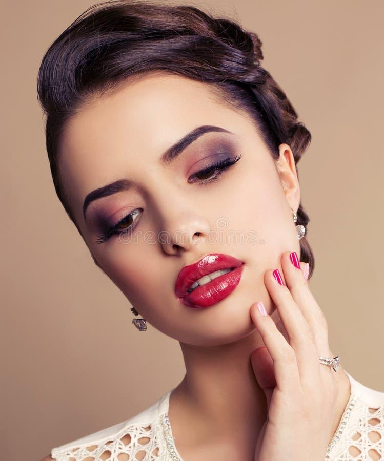 Πορτρέτο της όμορφης νέας γυναίκας brunette στοκ φωτογραφία με δικαίωμα ελεύθερης χρήσης