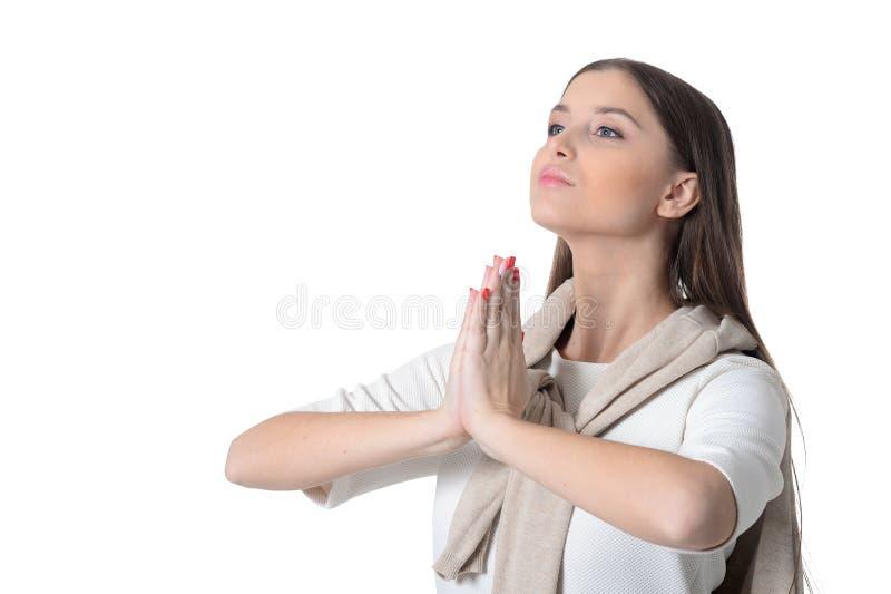 Πορτρέτο της όμορφης νέας επίκλησης γυναικών στο άσπρο υπόβαθρο στοκ εικόνα με δικαίωμα ελεύθερης χρήσης