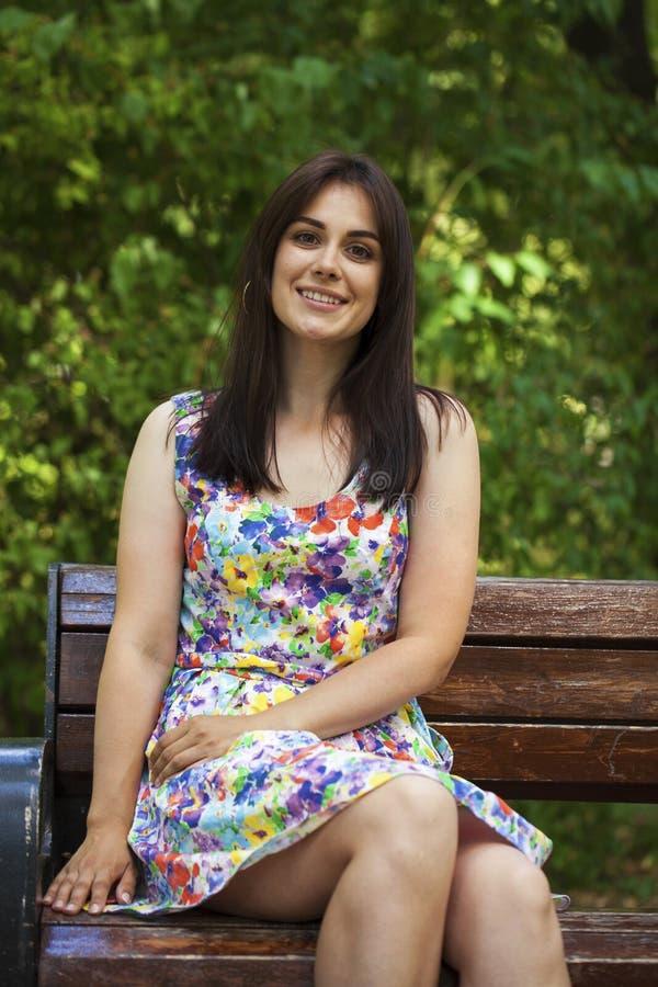 Πορτρέτο της όμορφης νέας ευτυχούς γυναίκας στοκ εικόνες