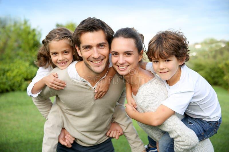 Πορτρέτο της όμορφης νέας ευτυχούς οικογένειας υπαίθρια στοκ εικόνες