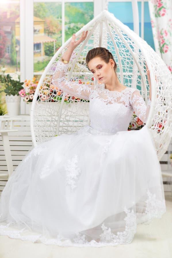 Πορτρέτο της όμορφης νέας νύφης που φορά το γαμήλιο φόρεμα στοκ εικόνες
