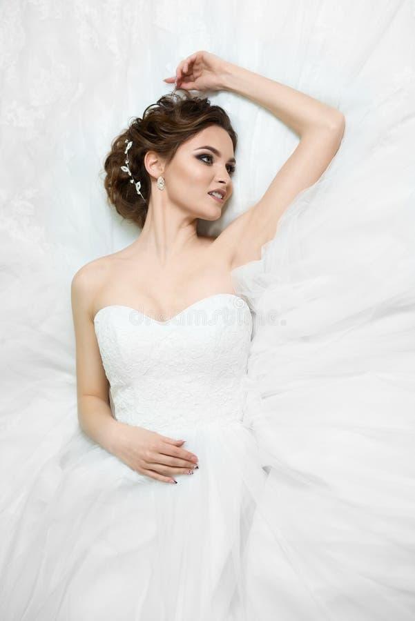Πορτρέτο της όμορφης νέας νύφης στο γαμήλιο φόρεμα στοκ εικόνες