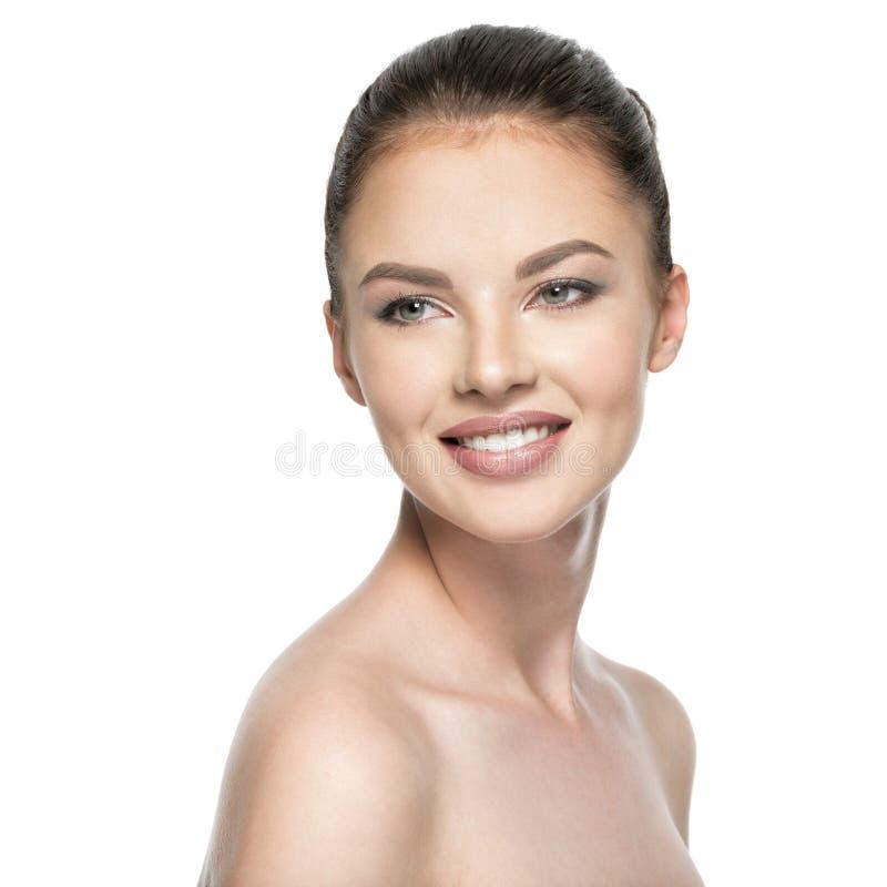 Πορτρέτο της όμορφης νέας χαμογελώντας γυναίκας με το πρόσωπο ομορφιάς στοκ εικόνα