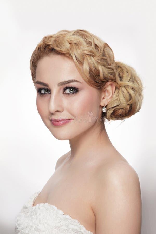 Πορτρέτο της όμορφης νύφης με το φανταχτερό hairdo prom στοκ φωτογραφία