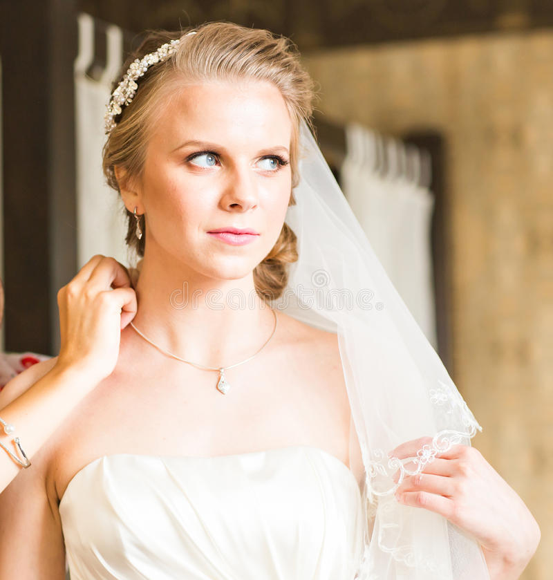Πορτρέτο της όμορφης νύφης στο εσωτερικό στοκ φωτογραφίες με δικαίωμα ελεύθερης χρήσης