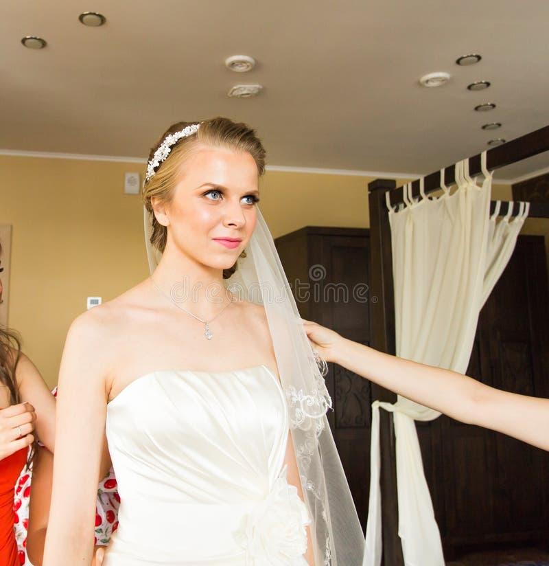 Πορτρέτο της όμορφης νύφης στο εσωτερικό στοκ εικόνες με δικαίωμα ελεύθερης χρήσης