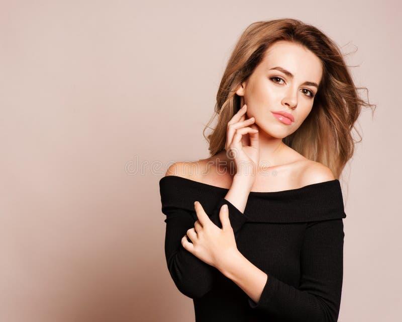 Πορτρέτο της όμορφης ξανθής γυναίκας με το σγουρό hairstyle και το φωτεινό makeup Φυσικός κοιτάξτε στούντιο, στοκ εικόνες