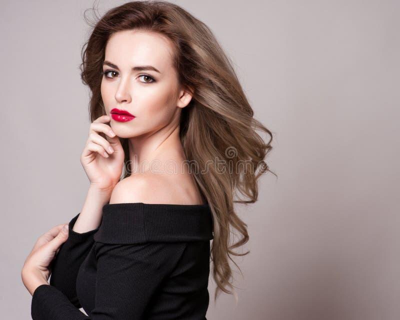 Πορτρέτο της όμορφης ξανθής γυναίκας με το σγουρό hairstyle και το φωτεινό makeup, τέλειο δέρμα, skincare, SPA, cosmetology Προκλ στοκ εικόνες με δικαίωμα ελεύθερης χρήσης
