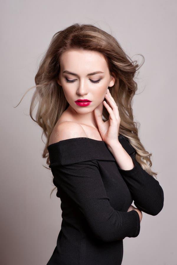 Πορτρέτο της όμορφης ξανθής γυναίκας με το σγουρό hairstyle και το φωτεινό makeup, τέλειο δέρμα, skincare, SPA, cosmetology Προκλ στοκ εικόνα με δικαίωμα ελεύθερης χρήσης