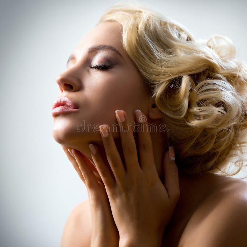 Πορτρέτο της όμορφης προκλητικής γυναίκας στοκ εικόνες