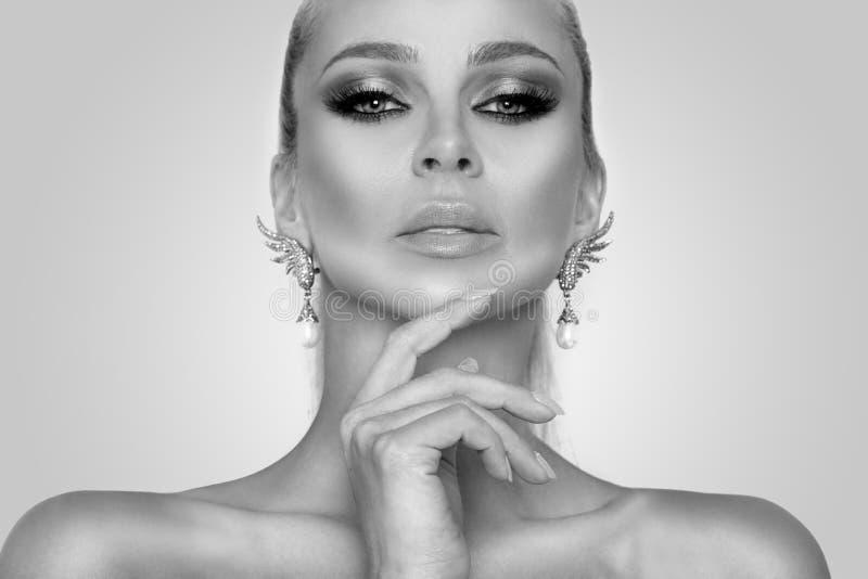 Πορτρέτο της όμορφης προκλητικής κομψής γυναίκας με τα καταπληκτικά μάτια και ένα τέλειο πρόσωπο στοκ φωτογραφία με δικαίωμα ελεύθερης χρήσης